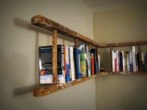 Книжная полка из старой лестницы