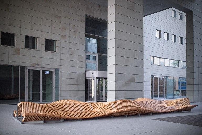 волнообразная деревянная скамья